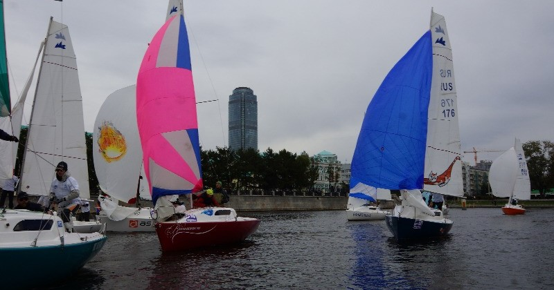 Парусная регата на городском пруду яхт класса Микро