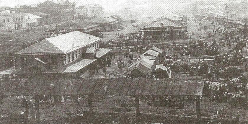 Слева - здание «Обжорного ряда»...