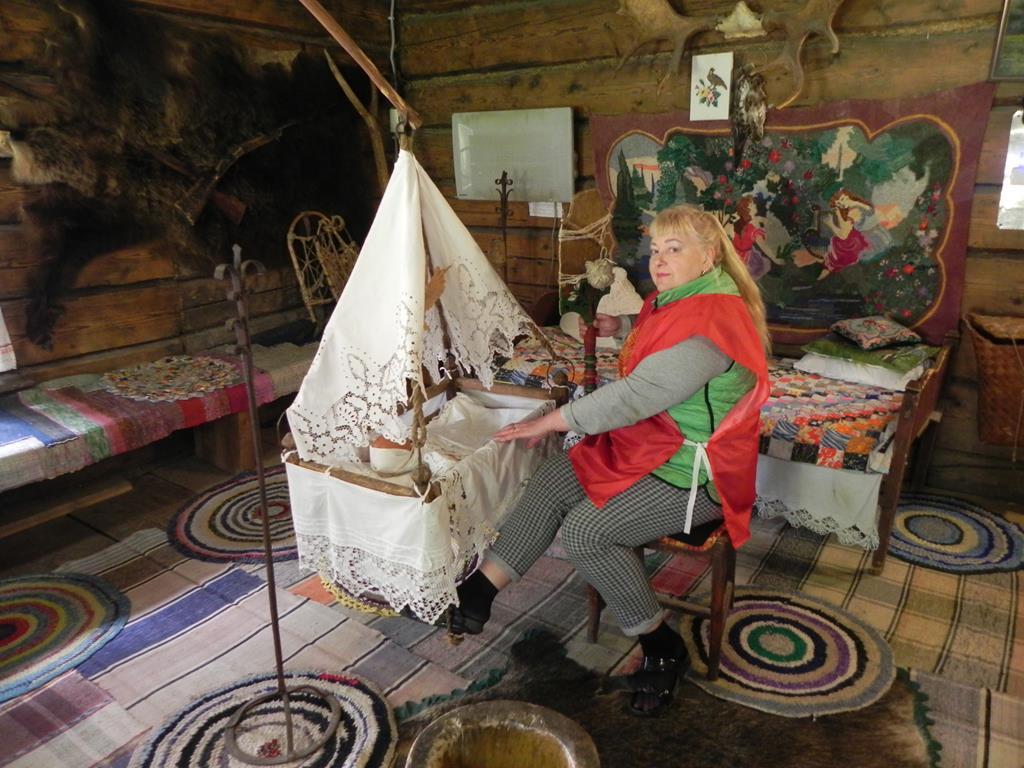 деревенская изба из д. Мульковой.  За люлькой – экскурсовод Светлана Викторовна