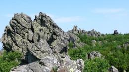 Гора с длинной скальной гребенкой