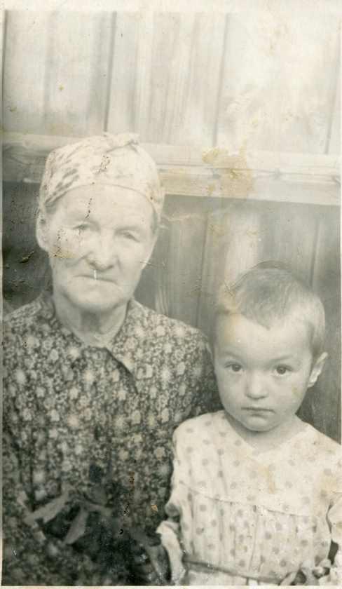 Бабушка Анна Григорьевна и внучка