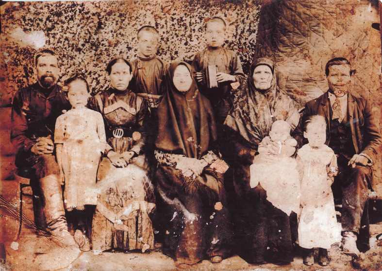 Семья Зюзевых ( Николай Васильевич сидит первый справа ).