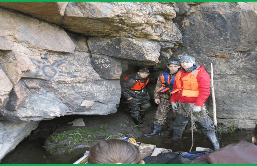 Школьники с.Мугай у входа в Кваршинскую пещеру-пещеру Ермака-фото Ю.Балыбердина
