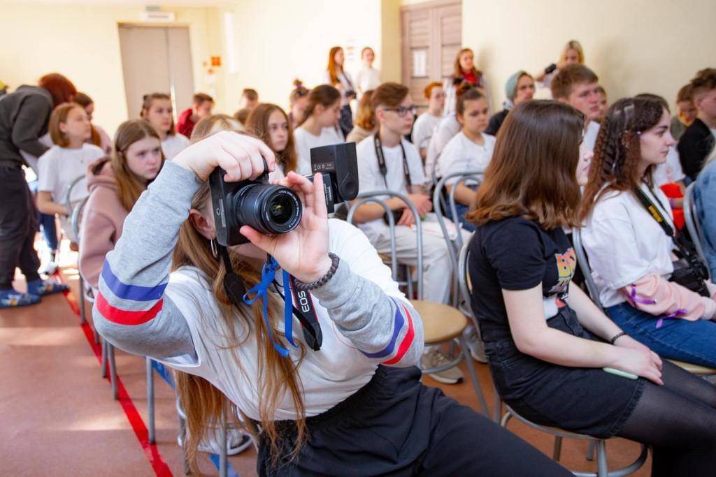 На лекции по фоторепортажу от Ильи Сафарова было много юнкоров с фотоаппаратами