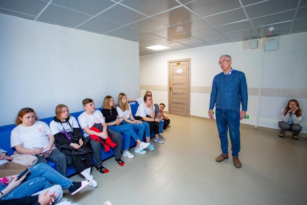 Председатель Союза юнкоров Юрий Шинкаренко обсуждает со школьниками молодежные субкультуры