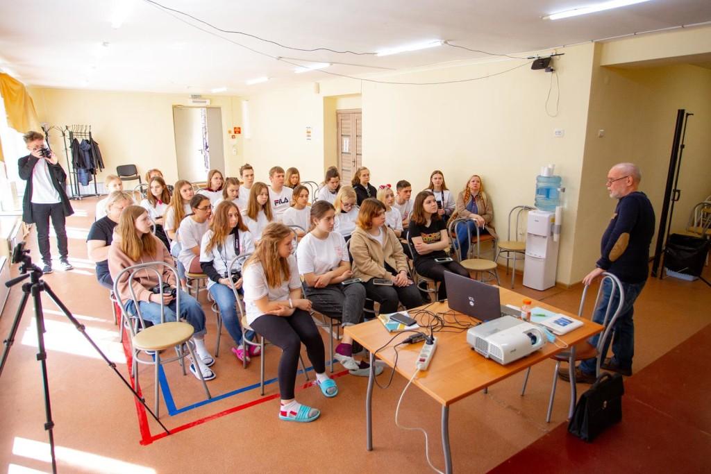Член СТСЖ Сергей Плотников беседует с юнкорами об акции Бессмертный полк и о том, как её освещать